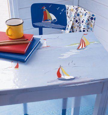 Toile cirée transparente peinte sur l'envers de motifs de bateaux et le dossier de la chaise également