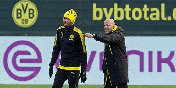 Mal wieder total daneben: Dortmunds Trainer Peter Bosz und sein bisweilen schwieriger Stürmer Pierre-Emerick Aubameyang.