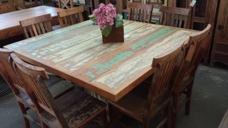 Mesa quadrada rústica medindo 1,40m x 1,40m, feita toda em peroba rosa, madeira de demolição, acabamento com tinta colorida e verniz náutico. Comporta 8 cadeiras.