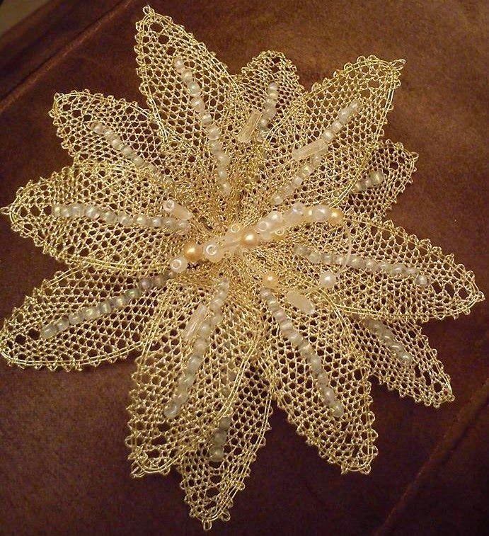 Fleur, des perles sur le crochetage.