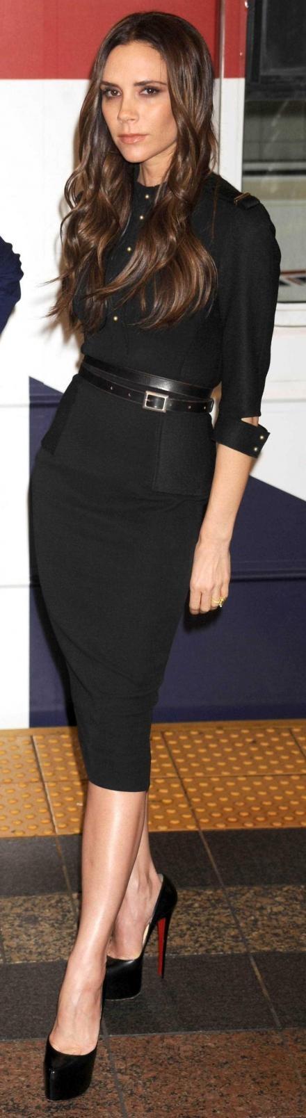 Victoria Beckham à presque 40 ans, avec sa jupe crayon et ses talons très hauts