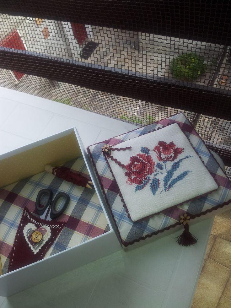 scatola porta cucito con coperchio con ricamo.....rose de digion....