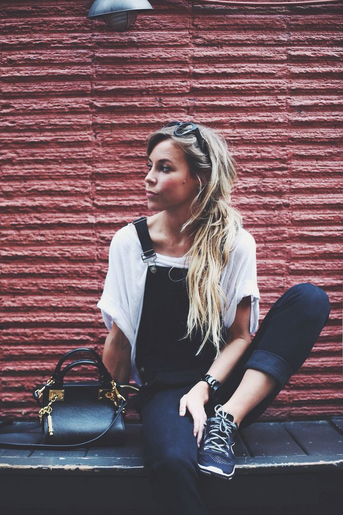 Outfit : black dungarees + loose white tee + black trainers