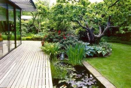 Ogrody - zdjęcia. Wokół tarasu warto zgrupować rozmaite ogrodowe atrakcje: oczka wodne, fontanny, najciekawsze okazy roślin. To widoczne z domu otoczenie tarasu może zadecydować nie tylko o klimacie i urodzie ogrodu, ale także mieć wpływ na charakter bryły domu i jego wnętrza. By wszystkie te trzy elementy wzbogacały się wzajemnie, powinny stanowić kompozycyjną całość. - zdjęcie