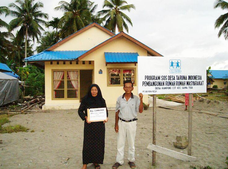 Keluarga penerima bantuan rumah di desa Gampong Cot