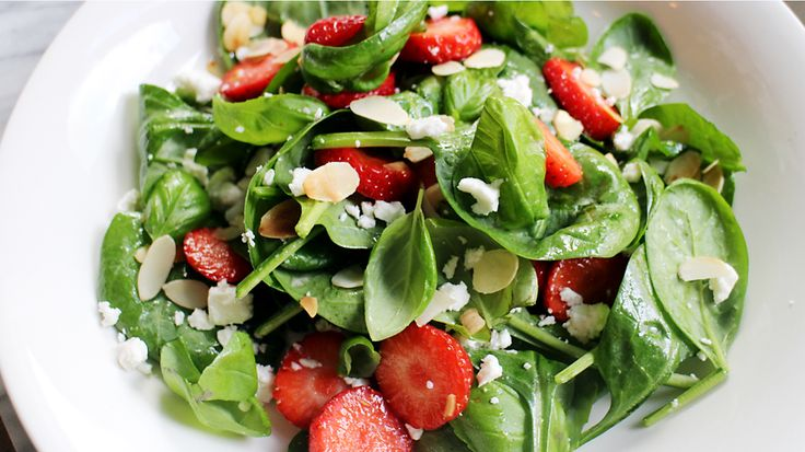 Culy Homemade: zomerse salade met babyspinazie, aardbeien en geitenkaas