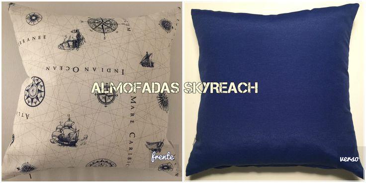 REF. 2C-Capa para almofada de 50x50 cm, com frente em tecido estampado com carta náutica e verso liso azul escuro.