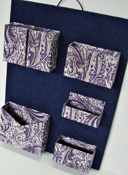 Organizador de materiais de escritório de parede.  Cartonagem com revestimento em tecido jeans e algodão estampado.  Ideal para não ocupar espaço em sua mesa de escritório. R$ 75,00