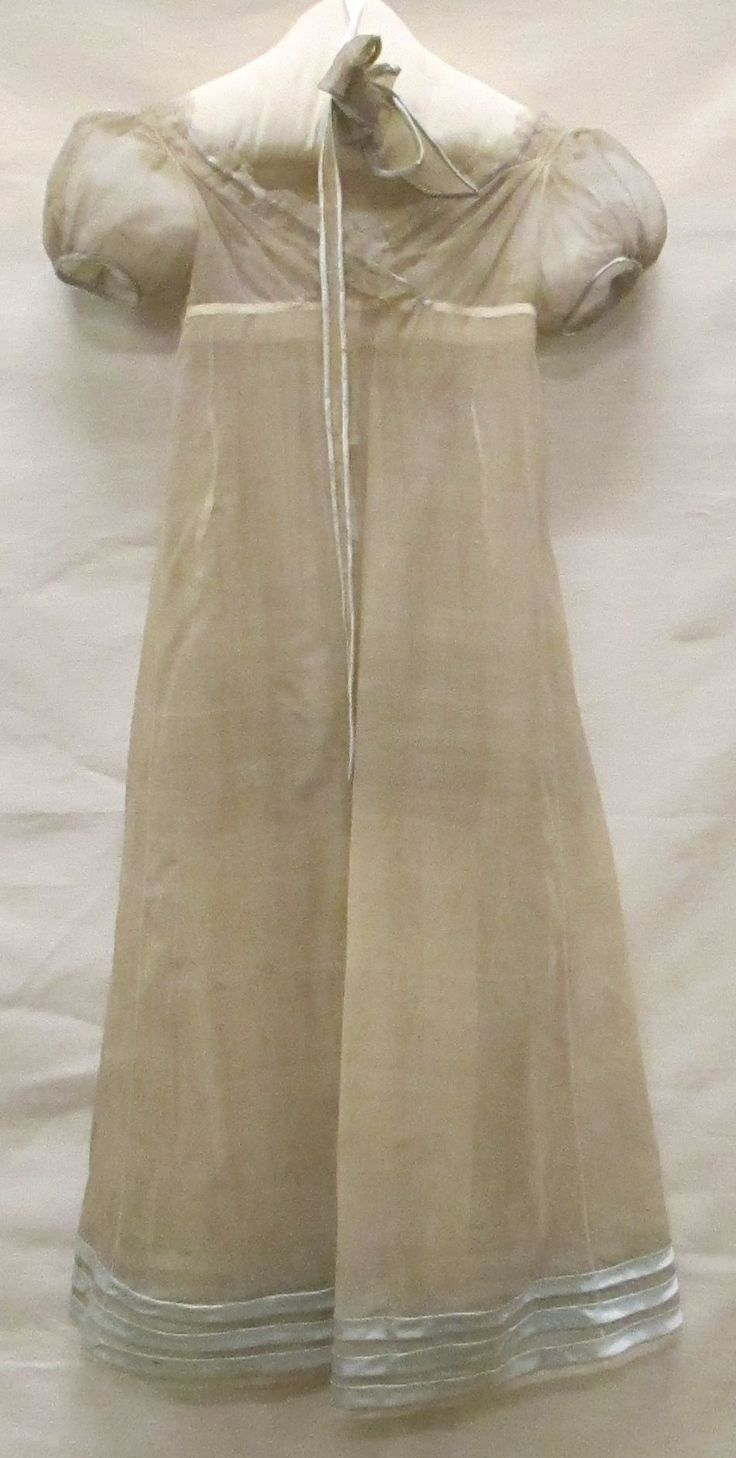 gown of crepe silk gauze , garnish of white tulle at the neck and three trims above the skirt's seam of light blue silk , loose belt with bow from the fabric Identifier 0,241,599 Creation date 1814/1814 Material silk Municipality Museum The Hague