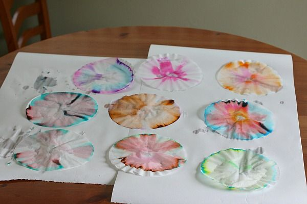 Chromatography experiment for kids..... make xmas decorations by cutting out into snowflake shapes and hanging from the tree