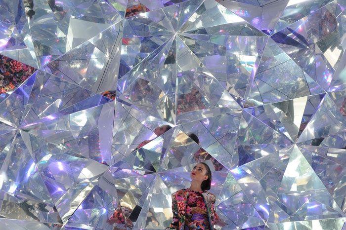 Comme chaque année, le Vivid Sydney revient illuminer la ville à travers des installations hautes en couleur. Le designer d'espace japonais, Masaku Shirane a installé Light Origami, un kaléidoscope 3D géant construit en utilisant plus de 320 différentes formes d'origami.  Les visiteurs de Vivid Sydney peuvent entrer dans la structure, qui agit comme un kaléidoscope lorsque différents spectres de lumière sont projetés dans l'espace.