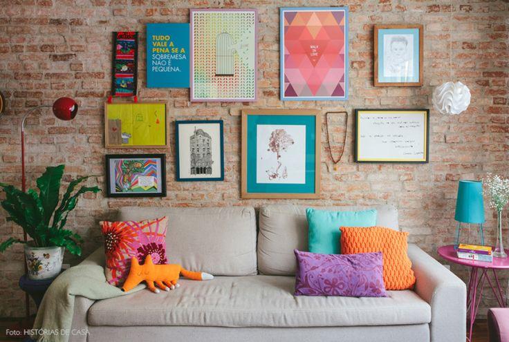 Uma parede que conta histórias. Essa família reuniu desenhos dos filhos, quadros trazidos de viagens e outros objetos de afeto para montar essa parede linda! Veja mais em www.historiasdecasa.com.br #todacasatemumahistoria #galllerywall #tijolinho #paredes