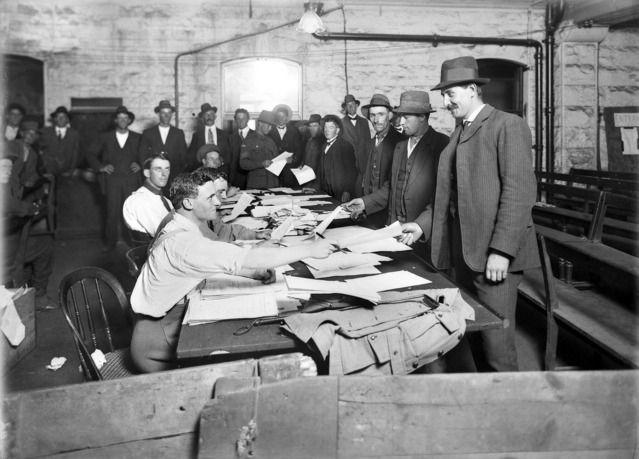 Military recruitment in Melbourne, Australia in 1914.   🌹
