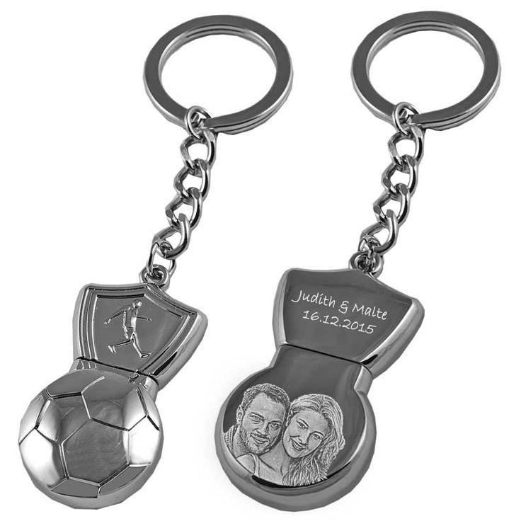 Diego Marodonna war der bekannteste Fußball Spieler in den 80er Jahren. Doch der USB Stick in Fußball Form lässt deinen Schlüsselbund zum Hingucker werden. Jetzt mit 8 GB Speicher und Fotogravur auf der Rückseite im GeschenkeMAX Store erhältlich!