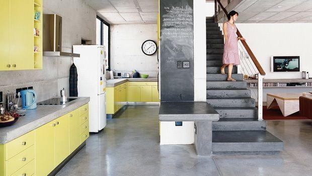 Beton is een zeer dankbaar materiaal dat vooral in een loft perfect tot zijn recht kan komen. In deze trendy loft werd een gepolierde betonvloer gecombineerd met een betonnen trap en keukenwerkbladen in beton.