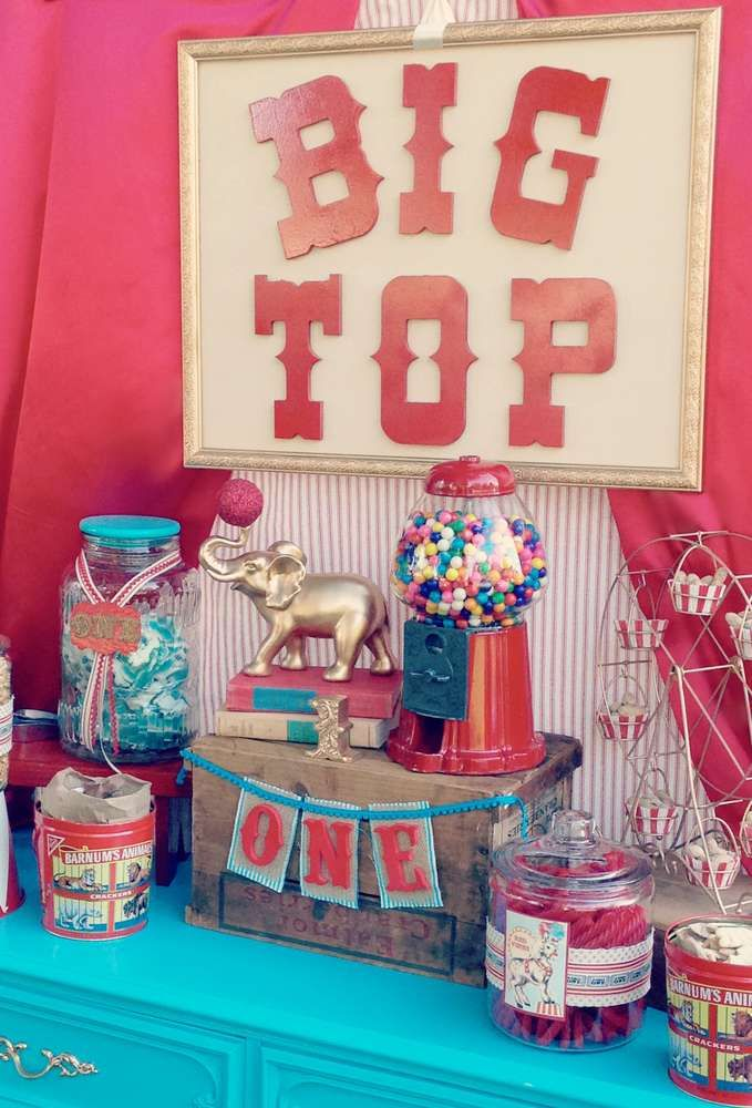 Reggie and Bella's Vintage Circus First Birthday | CatchMyParty.com  Preciosos detalles en el etiquetado de los recipientes