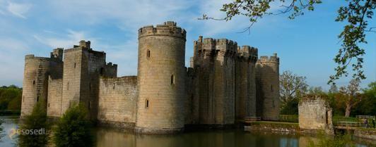 Замок Бодиам – #Великобритания #Англия (#GB_ENG) Вряд ли найдется другой замок в Англии, поменявший столько же владельцев, сколько Bodiam Castle в графстве Восточный Сассекс. В полуразрушенном состоянии он, кстати, тоже находится довольно давно и уже вряд ли кто-либо его полностью восстановит и будет в нем жить... http://ru.esosedi.org/GB/ENG/1000077989/zamok_bodiam/