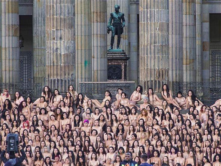 Cerca de 6 mil personas acudieron a la Plaza de Bolívar, en el centro de Bogotá, para ser fotografiados desnudos por el artista estadounidense Spencer Tunick.