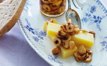 Opskriften er en del af en komplet julefrokost med veninderne - her får du opskriften på vesterhavsost med nødder i sirup