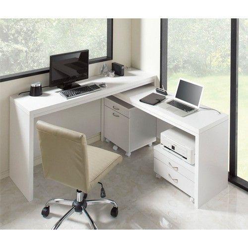 『広い作業スペースが欲しい』を叶えてくれる机・パソコンデスク●チェアをくるっと90度回転させるだけで両端までスグ手が届く。移動距離も少なく作業効率UP●タブレット、パソコン周辺機器やプリンター、仕事で使う資料や参考書、本やマンガ、Kindle等々、すべて手を伸ばせば届くところに整然と置くことができる広々デスク天板。●ディスプレイ1台では物足りなくなってしまったあなたもデュアルモニターを設置したりL字に組んだり、別々に設置したり思いのままのレイアウトが楽しめます。●背面化粧仕上げなので壁に背を向けて間仕切りにも置くことができるワークデスク。●薄型省スペース設計の机は、書斎からリビングやダイ・・・