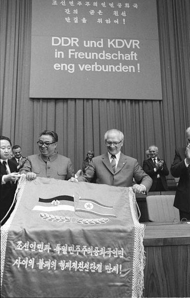 ADN-ZB / Mittelstädt / 1.6.84 / Berlin: Kim II Sung Besuch Ein Freundschaftsbanner überreichte der Generalsekretär des ZK der PdAK und Präsident der KDVR, Kim II Sung (2.v.l.), an Erich Honecker, Generalsekretär des ZK der SED und Vorsitzender des Staatsrates der DDR, auf der Kundgebung im Palast der Republik. 1984