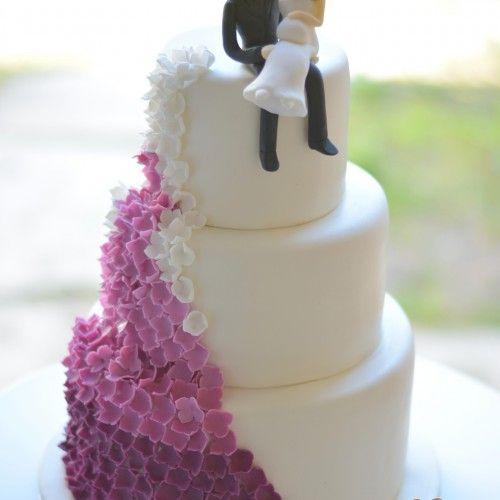 Lila virágos esküvői torta