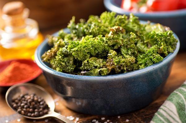 Cómo hacer chips de kale. Un aperitivo nutritivo, saludable y lleno de beneficios para la salud es lo que a continuación te proponemos en unComo. Cada vez son más las personas que realzan las virtudes y beneficios de la col ri...