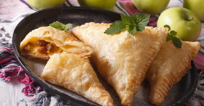 Toute légère, croustillante à souhait et joliment dorée, la pâte feuilletée nous fait rêver.