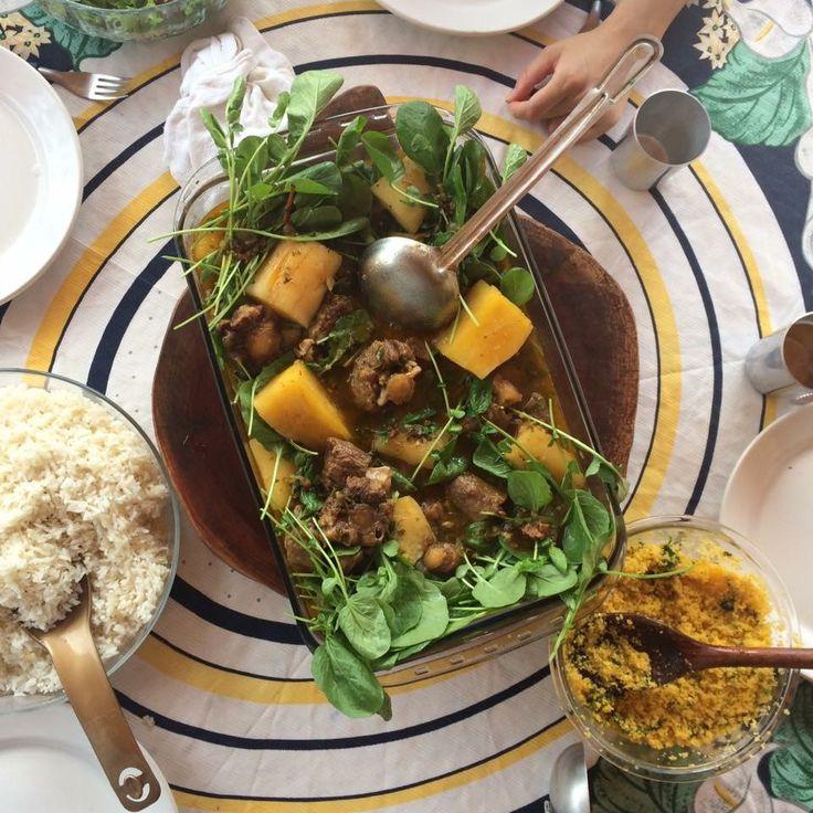 Uma rabada com mandioca, acompanhando agrião, um cuscuz nordestino e o clássico arroz branco.