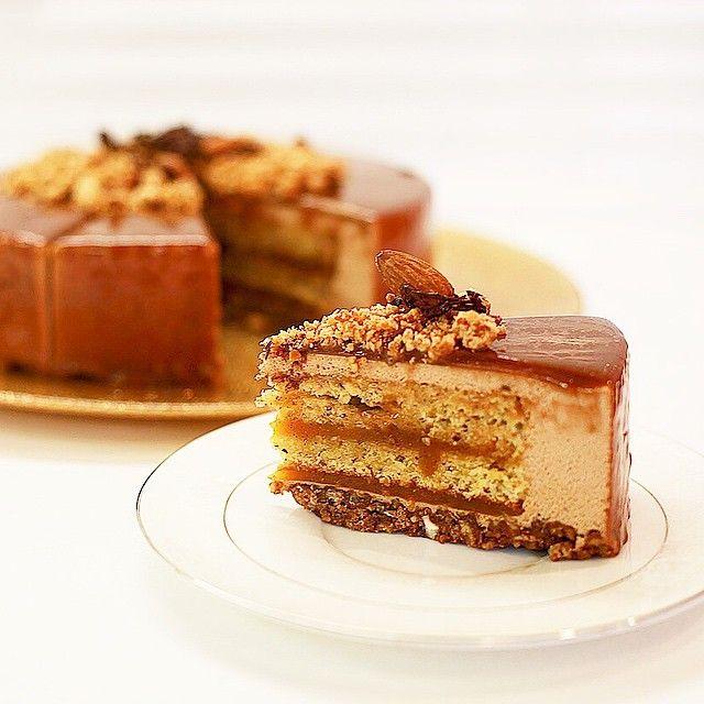 """божественный карамельный торт с МК жульена Альвареза """"Кико"""" карамель с маракуйей, миндальный штройзель, мусс с молочным шоколадом и ореховый бисквит #cake #caramel #passionfruit #nuts #chocolate"""