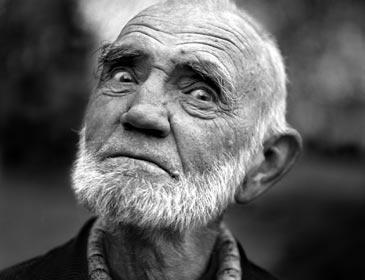 I love this portrait, of one of the wittiest Norwegians ever, Odd Børretzen. Foto: Morten Krogvold/NRK