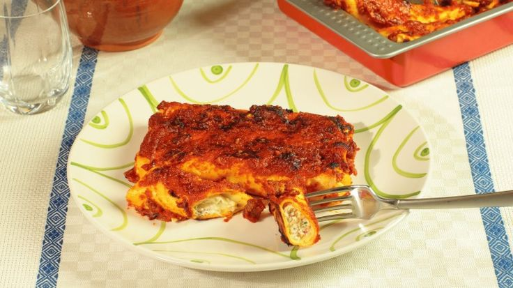 Ricetta Cannelloni alla napoletana: I cannelloni alla napoletana sono uno di quei piatti adatti ad una giornata di festa. E sarà festa nella vostra tavola portare un piatto come i cannelloni conditi con uno strepitoso ragù napoletano!