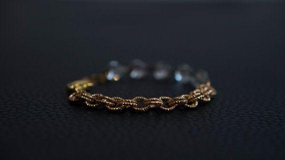 Très joli bracelet, assemblage vintage d'une chaîne à gros maillons dorée et perles de verre.