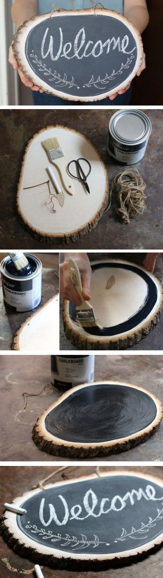 Tafelfarbe kaufen und eine schöne Holzscheibe zur Tafel umgestallten.