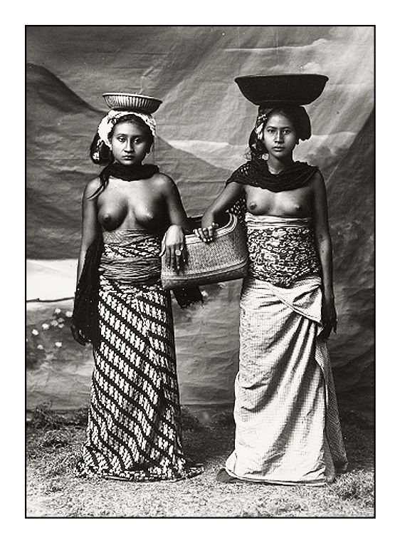 Studio portrait of two Balinese women, 1920s, photographer unknown. Source: Tropenmuseum of the Royal Tropical Institute, Amsterdam