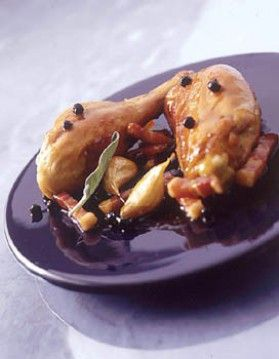 1 poulet coupé en 8 morceaux ,33 cl de bière blonde ,200 g de lard fumé ,1/2 citron, 4 gousses d'ail ,8 feuilles de sauge, 2 CS de baies de genièvre ,sel, poivre