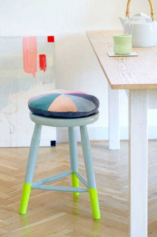 Un tabouret dont on repeint juste le bas des pieds en couleur contrastée + coussin graphique  #stool #leg #colour Photography by Hanne Fuglbjerg