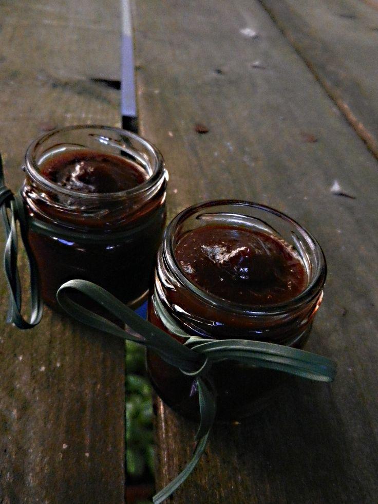 Marmellata di pere, cioccolato fondente extra e rhum.. Homemade jam with pear, dark chocolate and rhum..