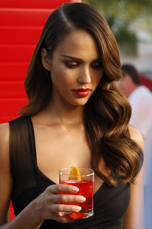 Jessica Alba+Retro waves+Classic red lips.