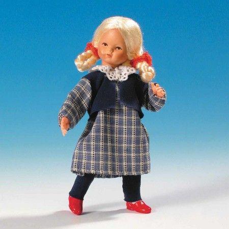 Mädchen im karierten Kleid (45017). Gesicht, Hände und Füße sind aus handbemaltem Plastolin, die Kleidung ist handgenäht. Gesamtgröße 8 cm.