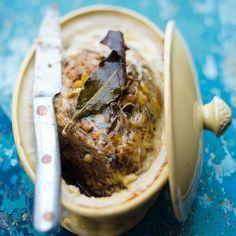 Terrine de la cabane 150 g d'échine de porc • 150 g de foies de volaille • 150 g de chair à saucisse • 50 g de pignons • 3 gousses d'ail • 1 feuille de laurier • 2 branches de thym • 1/2 verre de vin blanc sec • 1 c. à café de pastis • 1 crépine de porc • 1 c. à soupe d'herbes mélangées, romarin, persil et origan • Sel et piment de Cayenne.