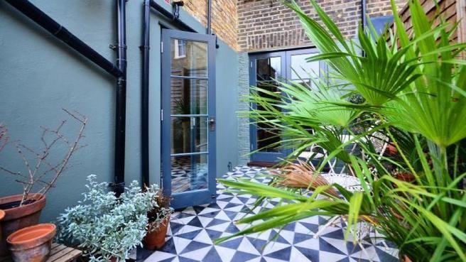 Mosaic bleu et blanc pour la terrasse // http://www.deco.fr/diaporama/photo-carreaux-de-ciment-passent-a-l-heure-d-ete-72394/ #terrasse #mosaique