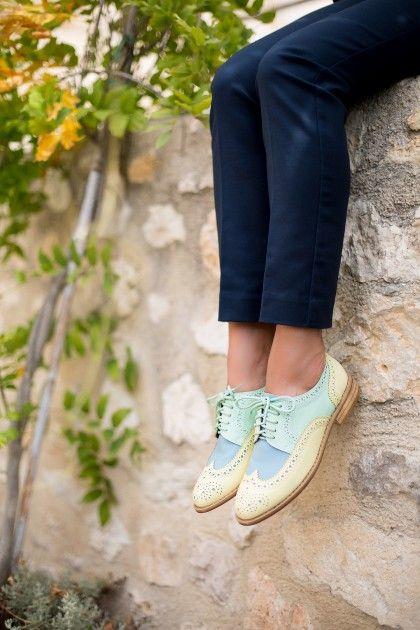 Chaussures pour femmes qui aiment la mode en grande pompe. Des collections lifestyle qui suivent les tendances. Low boots, bottines, derbies, compensées, talons, ballerines,...