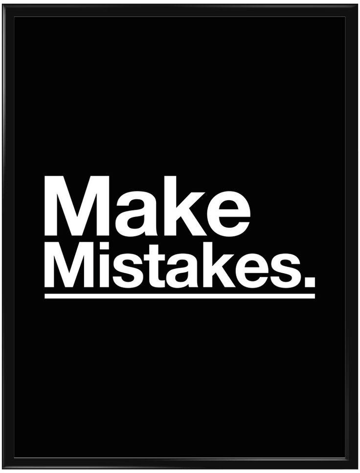 """Poster med svartbakgrund och texten """"Make mistakes."""" i svart. Utseendet på…"""