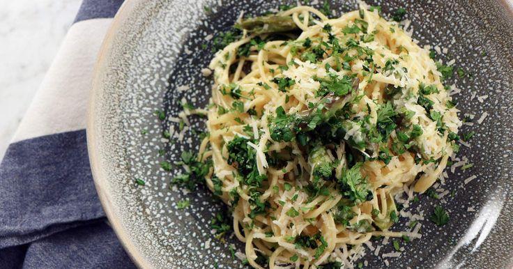 Spaghetti med sparris, parmesan och färska örter   Recept från Köket.se
