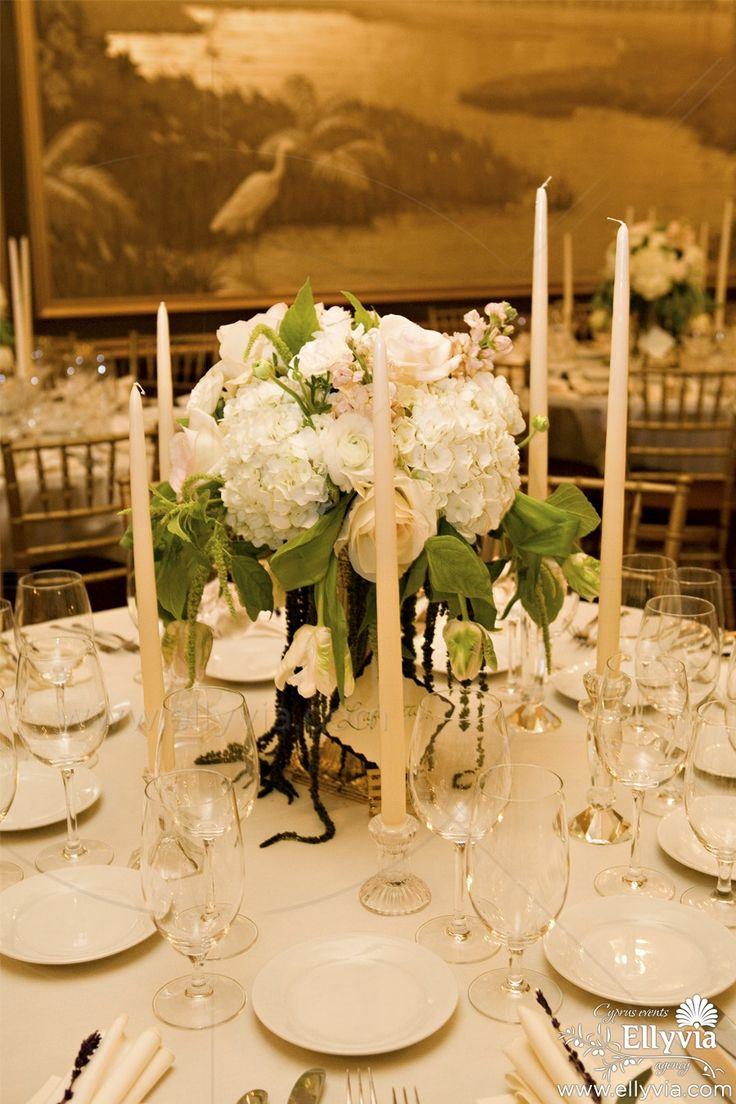 Свадебный декор стола из композиция цветов в высокой вазе.