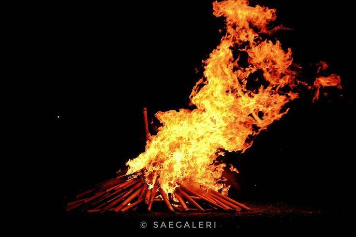 Api unggun ditengah hembusan angin kumbang.  #saegaleri #blogger #photoblogger #apiunggun #fire #kemping