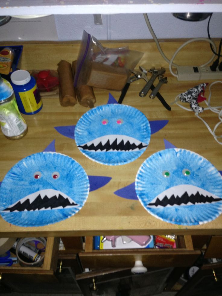 Shark craft to do with your toddler! I just did it today with my kids. It is such an easy and fun activity to do with your children. All you need is a plate, paint, googly eyes, and construction paper.