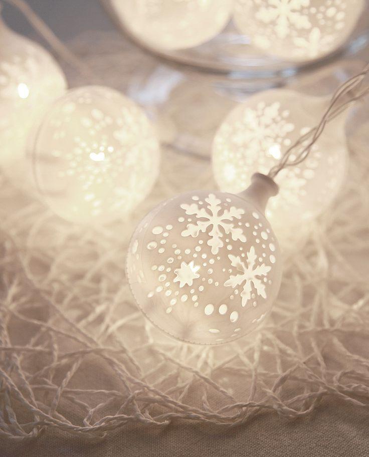 Veldig rolig og vakker LED lysslynge fra Star Trading med 10 hvite baller med dekor av utskjærte snøfnugg. Slyngen kan stilles inn med timer slik at den står 6 timer på og 18 timer av.
