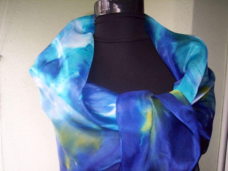 Ručne malovaná hodvábna šatka naparovacimi farbivami, stalofarebna, velmi jemna a leskla, len farbiva ponechaju hodvabu povodnu vlastnost a este viac ho zpriehliadnia